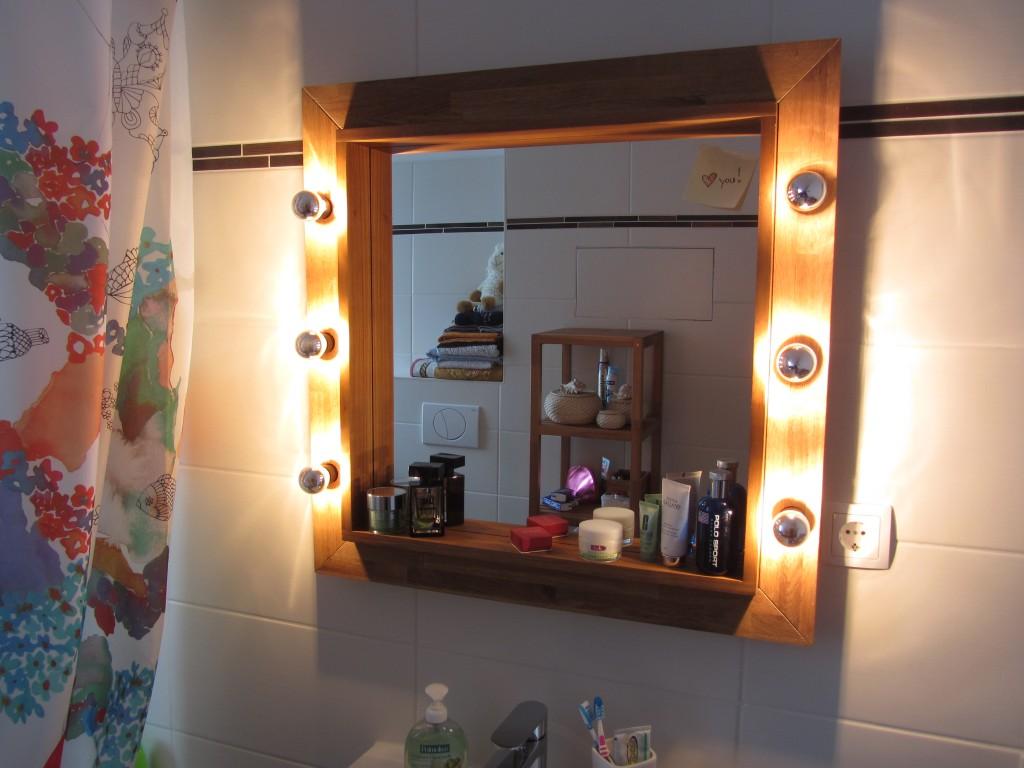 Badezimmer-Spiegel mit Holzrahmen und Theaterlampen
