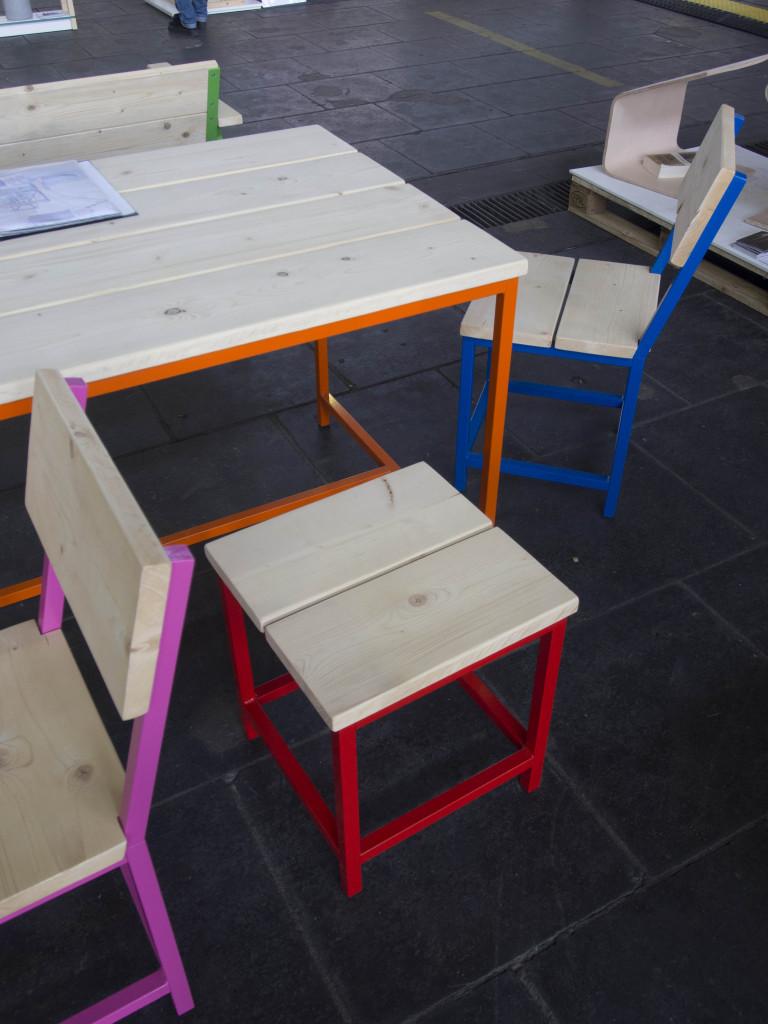 Detailaufnahme bunt lackierter Hocker mit Metallgestell und Holzsitzfläche - Design Terassenmöbel