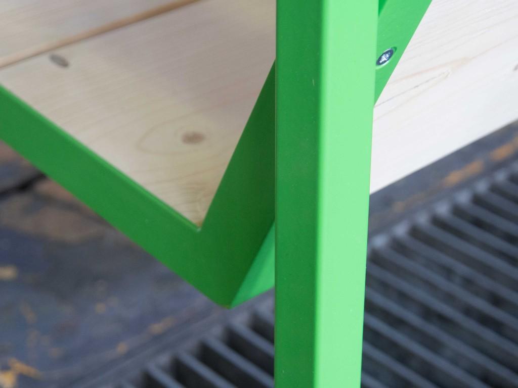 Grün lackiertes Outdoormoebel - Detailaufnahme Metallgestell