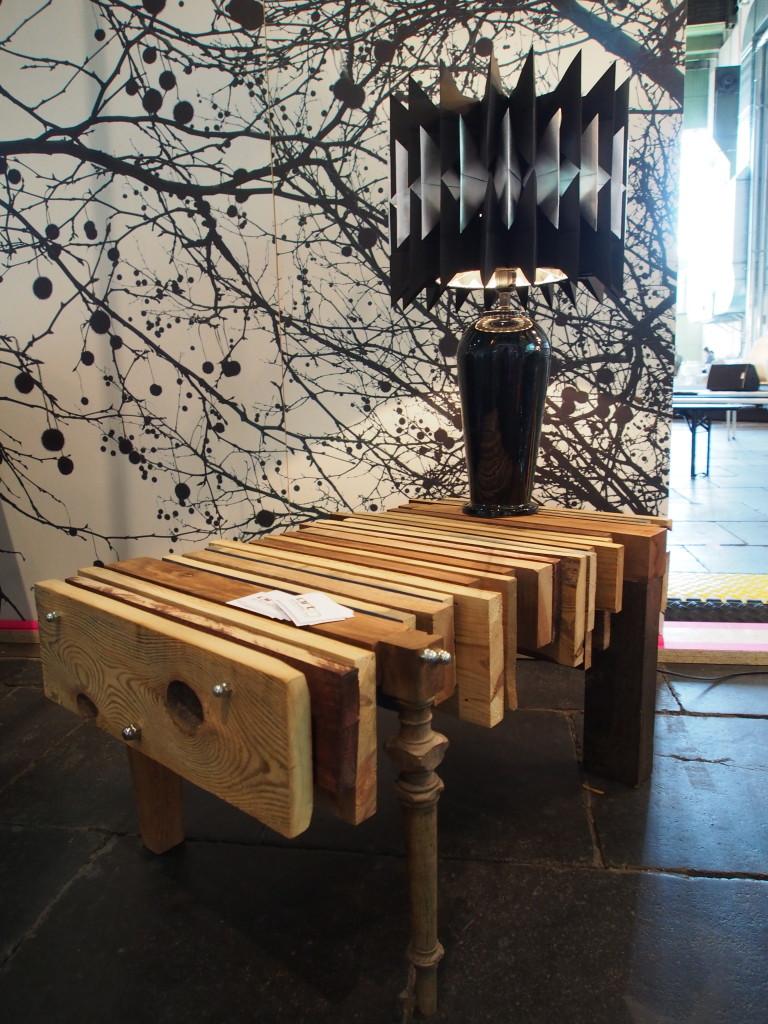 Upcycling Design-Couchtisch aus rauen Holzbohlen
