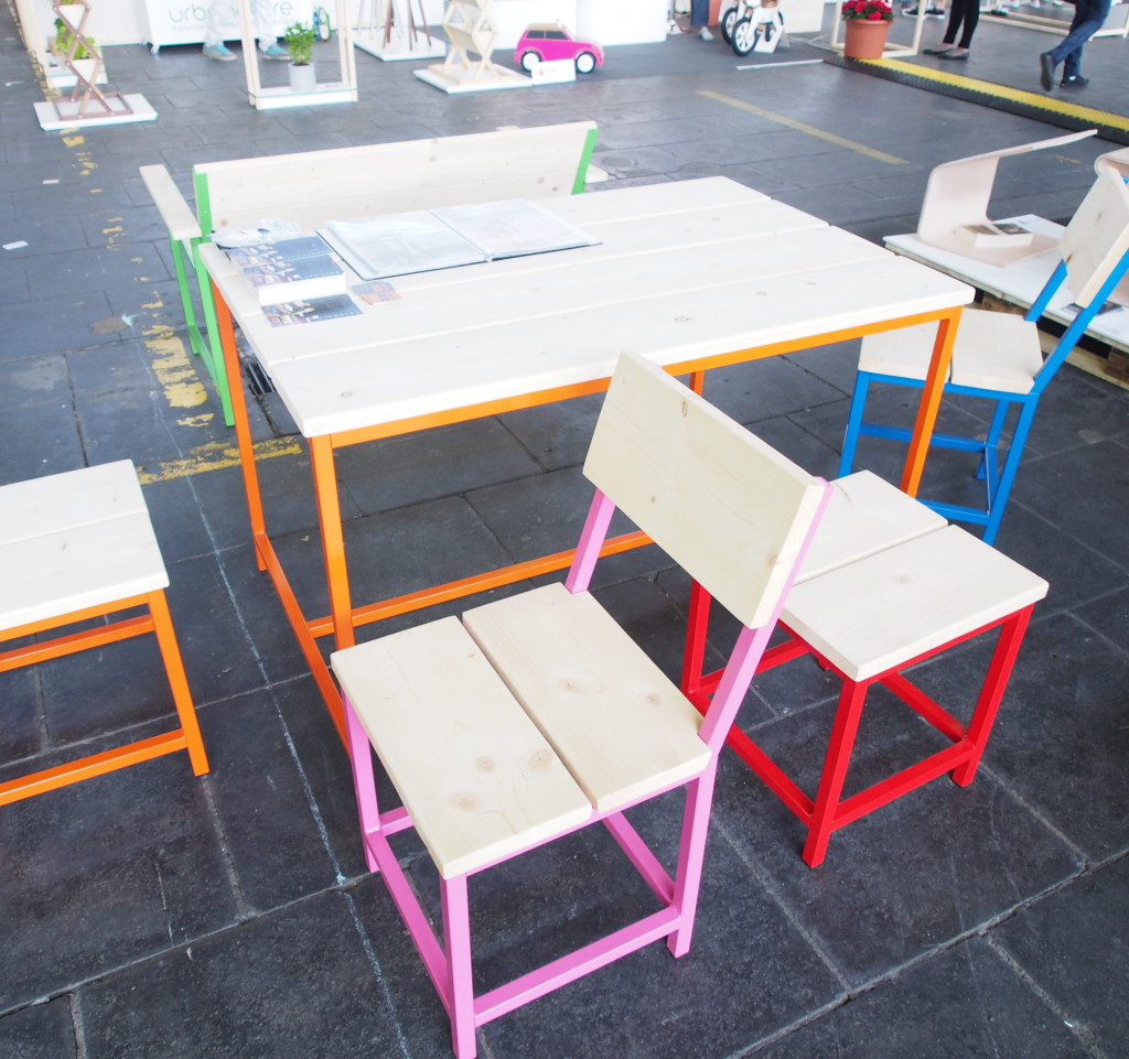 Bunte Gartenstühle aus Metall und Holz