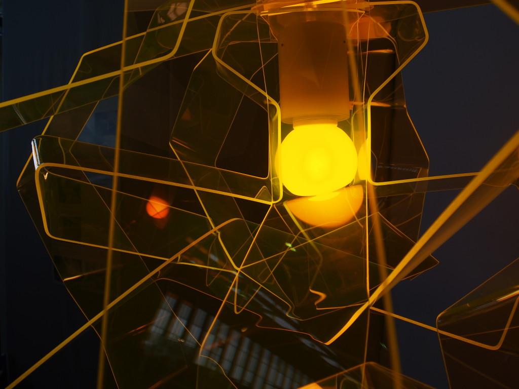 Handgebogene Acrylglas Leuchte von dookke berlin in gelb-transparent