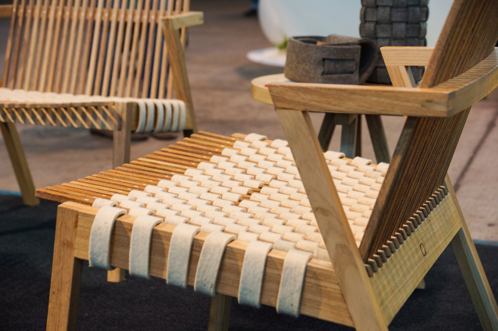 Geflochtenen Sitzfläche aus Holz und Filz - brasilianisches Design in Berlin