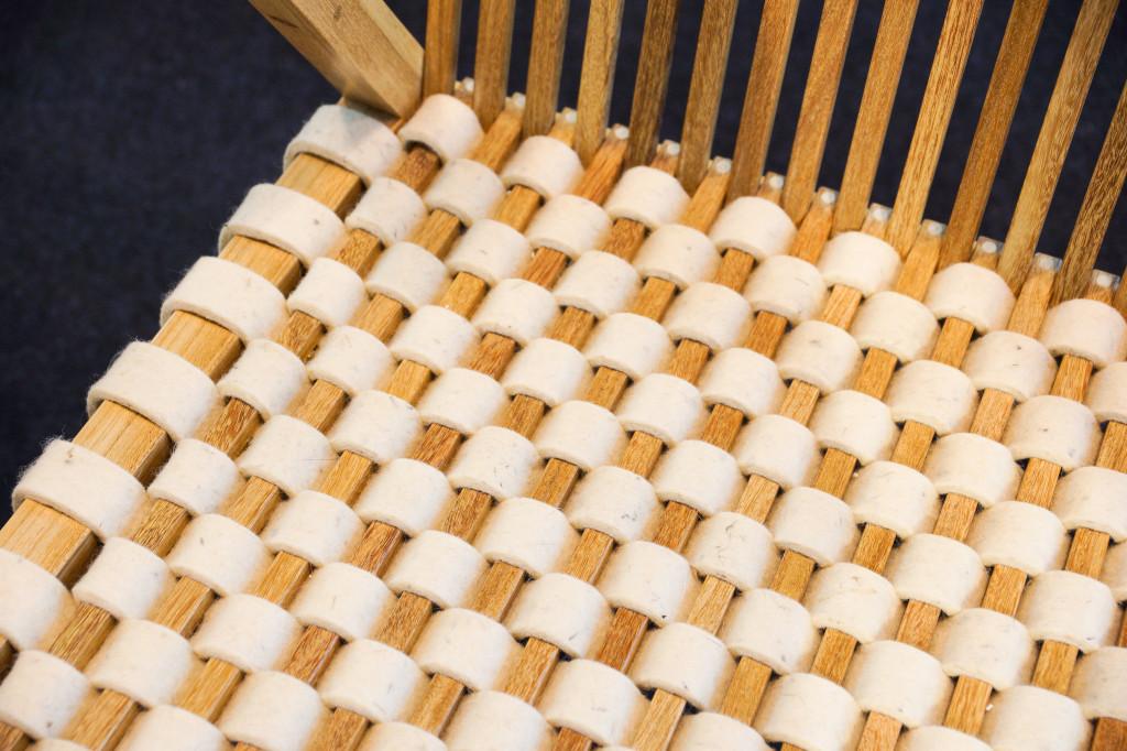 Die Sitzfläche aus filigranen Leisten wird wahlweise auch mit Filzgeflecht angeboten
