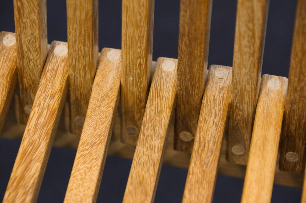 Filigranes Holzdesign mit Dübeln verbunden