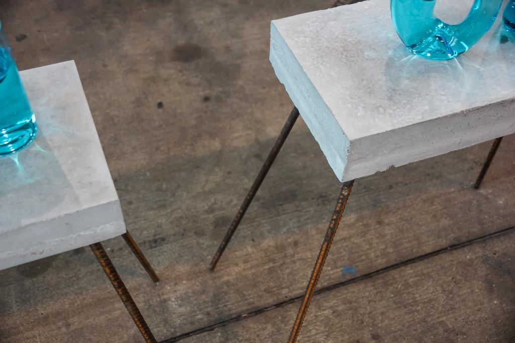 Die Tischbeine der Betontische von Urge Design aus Italien sind aus Armierungsdraht gebaut