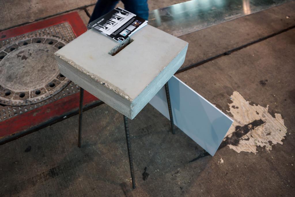 Kleiner quadratischer Beistelltisch aus Beton