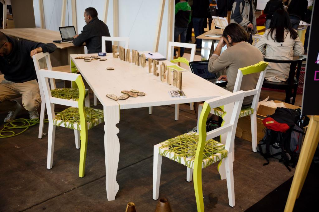 Tisch und Stühle mit aus Wolle gespannter Sitzfläche aus der Werkstatt von Ermanno Ferrari, Italien